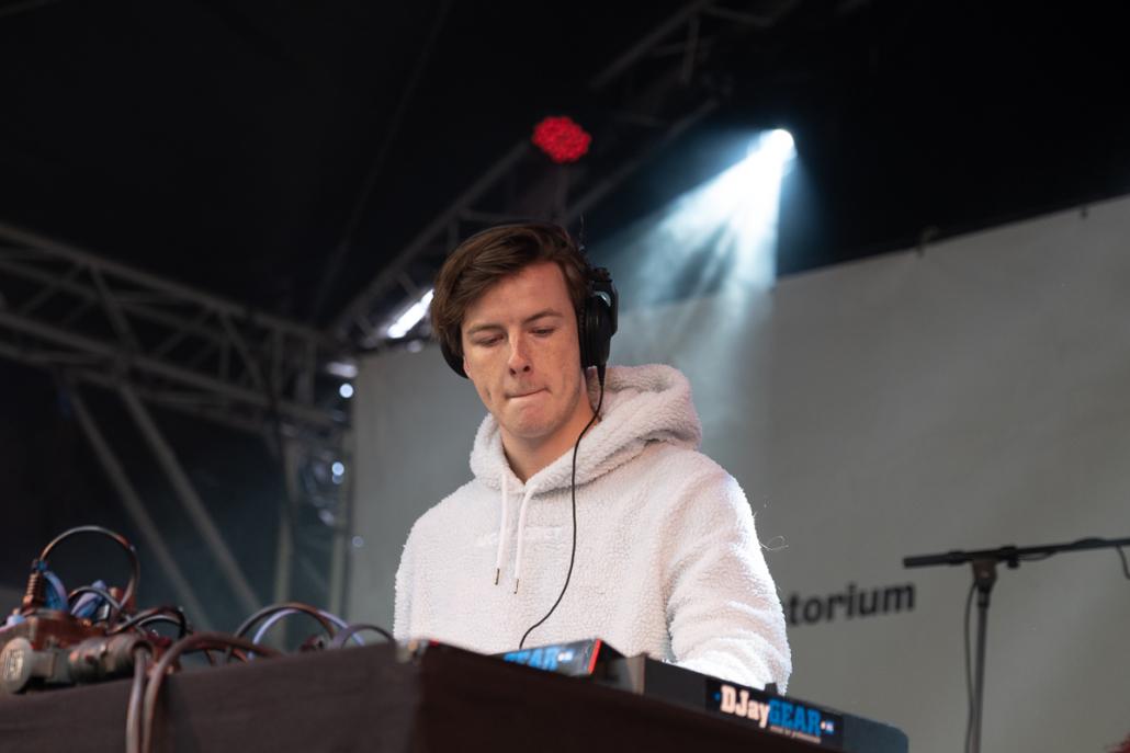 M-high jonge dj met tech house en een combinatie van disco