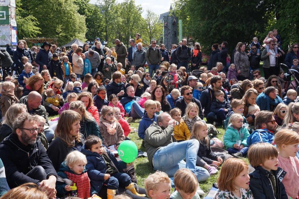 Genieten van muziek terwijl de kinderen spelen op het Kinderfestival